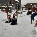Buntes Treiben im Schnee